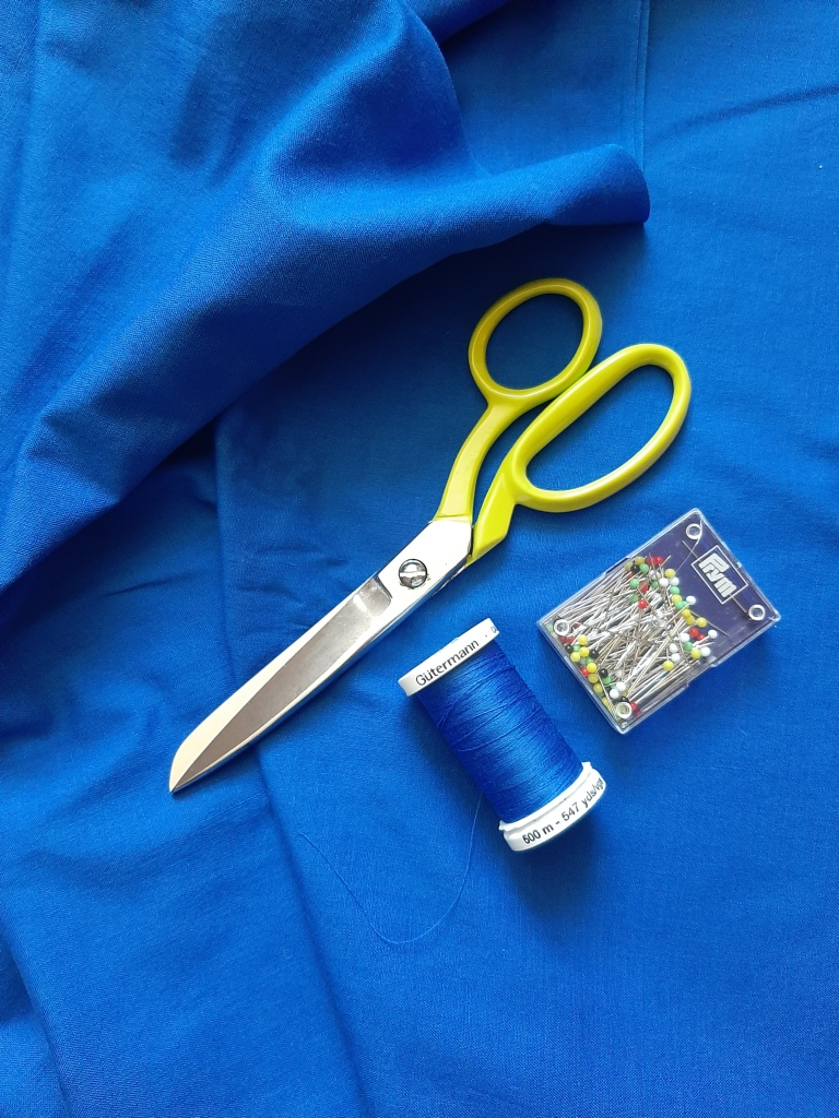 Cobalt blue cotton fabric with Guterman thread, Ernest and Wright Lime coloured scissors, a pack of Prym multicolour glass headed pins.